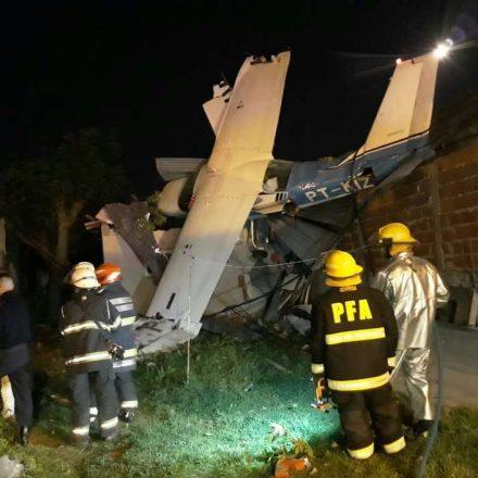 Avião com brasileiros cai sobre casa na Argentina