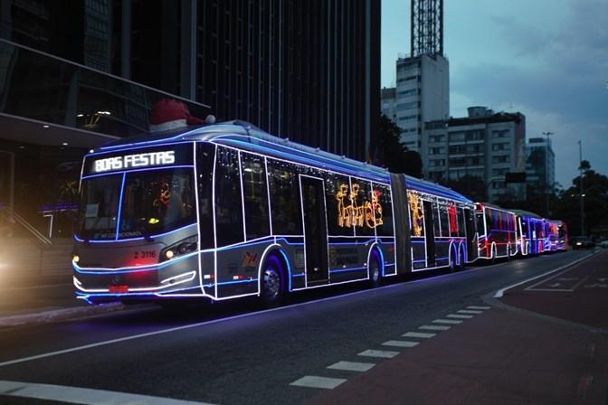 Ônibus iluminados levam clima natalino para São Paulo