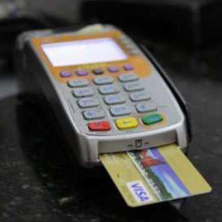 Juro médio do rotativo do cartão fechou 2019 em 318,9%, diz Banco Central