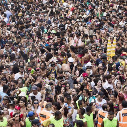 Lei do xixi multa 24 foliões no Carnaval de rua de SP