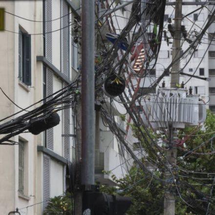 Empresas têm até maio para reorganizar fios em postes de São Paulo