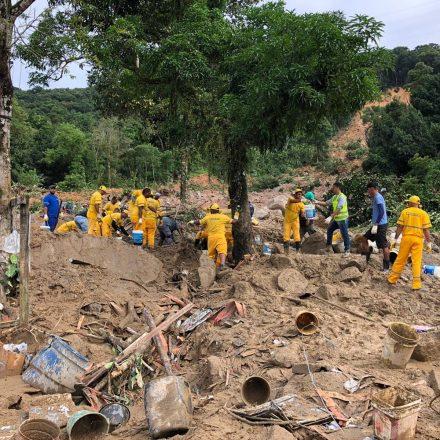 Buscas por desaparecidos continuam na Baixada Santista