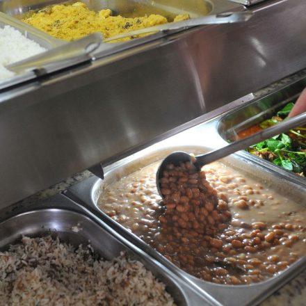 Bolsonaro assina lei que permite doação de refeições não vendidas