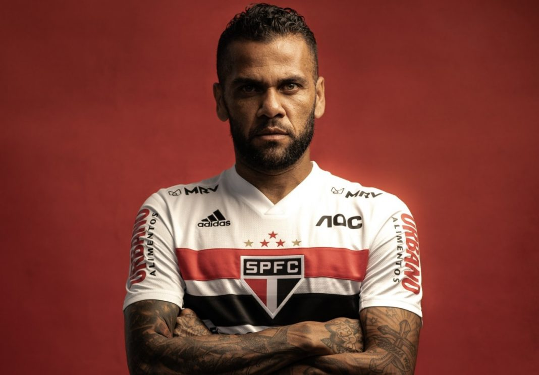 Daniel Alves detona após adiamento de jogo: 'Inadmissível'