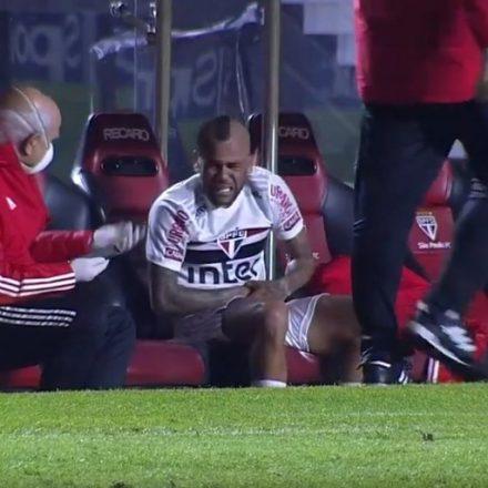 Daniel Alves, do São Paulo, tem cirurgia bem sucedida e vai iniciar recuperação em casa