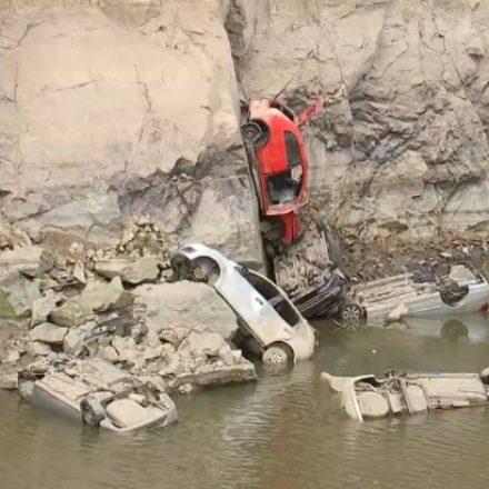 Polícia apura se carros achados em lago são fruto de golpes em seguradoras