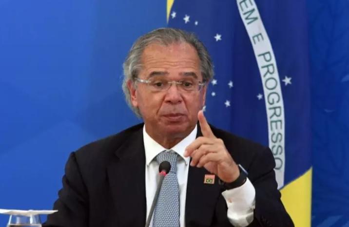 """Ministro Guedes nega 2ª onda de Covid-19 e diz que doença """"cedeu"""""""