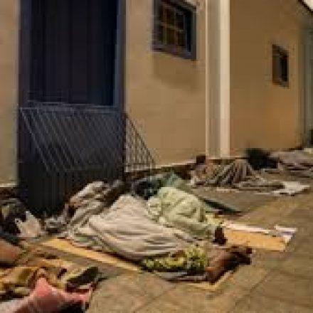 Burocracia barra morador de rua em abrigo municipal
