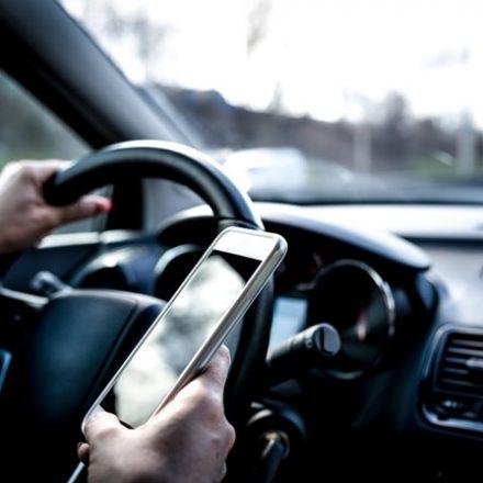 Um em cada cinco brasileiros admite dirigir usando o celular, diz pesquisa