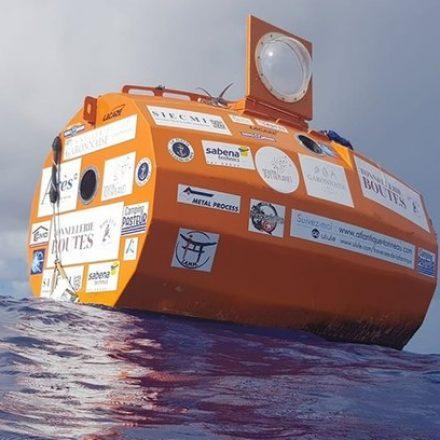 Francês de 73 anos atravessa Oceano Atlântico a bordo de tonel sem motor