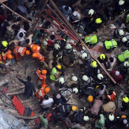 Prédio residencial desaba e deixa mortos na Índia