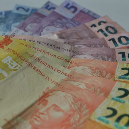 Governo propõe salário mínimo de R$ 1.039 em 2020.
