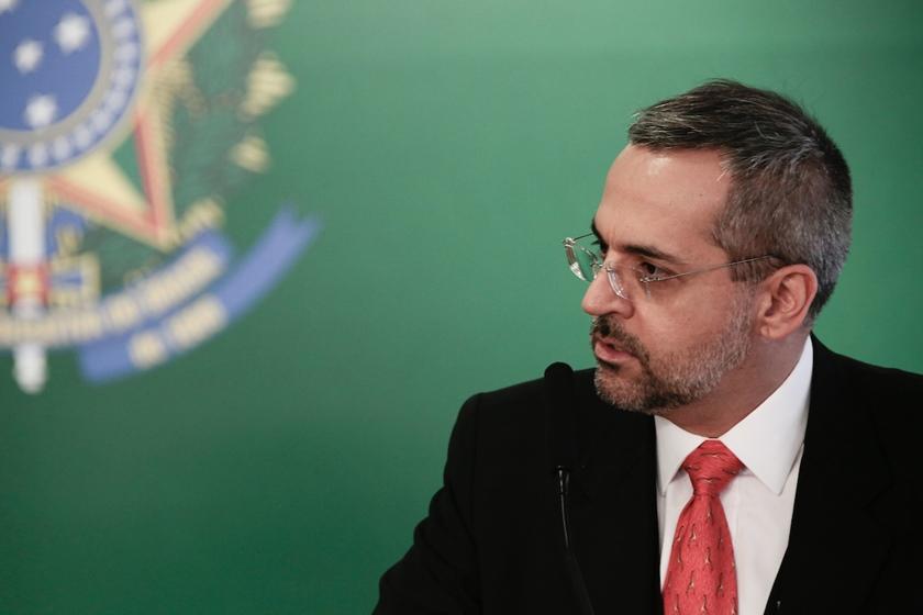 """Ministro diz que universidade particular tem que se """"virar"""""""