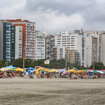 Turistas já tomam conta das praias do litoral paulista