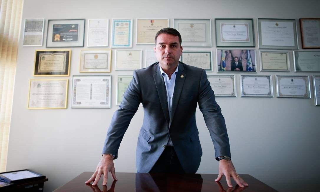 Em depoimento, Flávio Bolsonaro diz desconhecer depósito de Queiroz para sua mulher