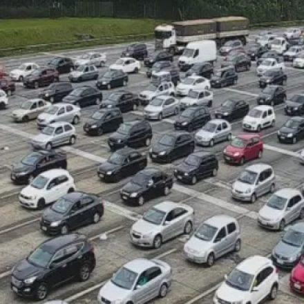 Mais de 100 mil veículos descem para o litoral de SP devido ao feriadão